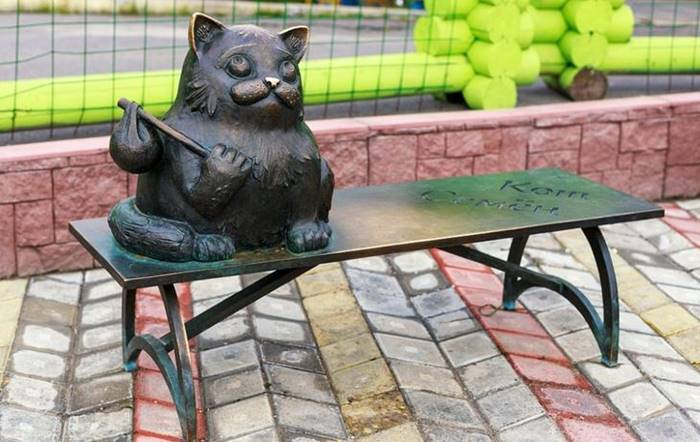 Each resident of Murmansk will tell you where the monument to the cat Semen is located. The bronze monument is erected in memory of a cat who traveled from Moscow to Murmansk for more than 6 years, having covered more than 2,000 kilometers in order to return to its owners.