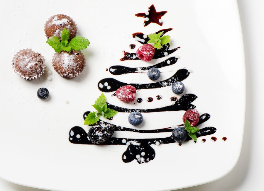 Árbol de navidad con chocolate caliente y frutas