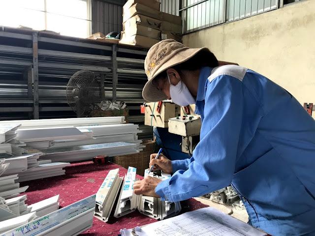 kỹ thuật viên sản xuất cửa nhựa lõi thép