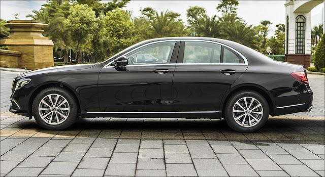 Phần hông Mercedes E200 2019 facelift với điểm nhấn mâm xe 17-inch, 5 chấu kép, thiết kế cổ điển