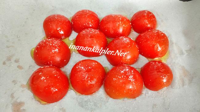 Domateslerin üzerine tuz serpip biraz zeytinyağı gezdirin