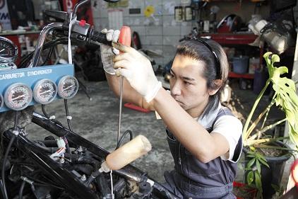 バイク整備中のメカニック