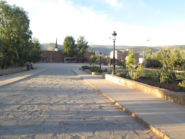 Plaza que da acceso -a derecha e izquierda- a las Casacadas de Ouzoud