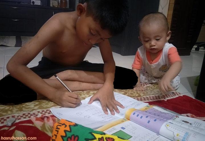 Buat kerja sekolah dengan bersungguh-sungguh