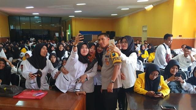 Bagaikan Artis Idola,  Kapolres Lumajang Jadi Rebutan Selfie Mahasiswa Universitas Terbuka Jember