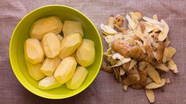 merendam kentang dengan air