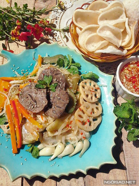 Món khai vị: Gỏi bò mè bốp thấu ăn kèm bánh phồng cá