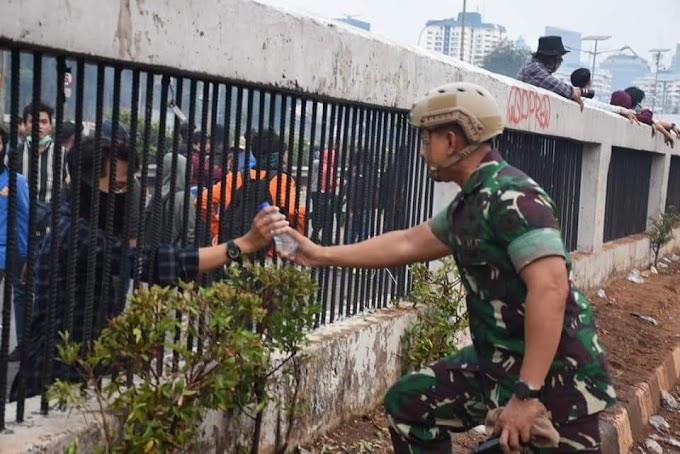 Keren, Ternyata Ini Rahasia Jurus Kalem TNI Luluhkan Hati Mahasiswa saat Demo