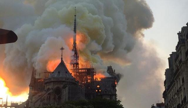 Καίγεται η Παναγία των Παρισίων (βίντεο)