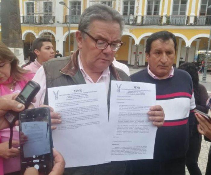 Siles mostrando el documento del MNR que definió apoyar al expresidente de la República / EL DIARIO