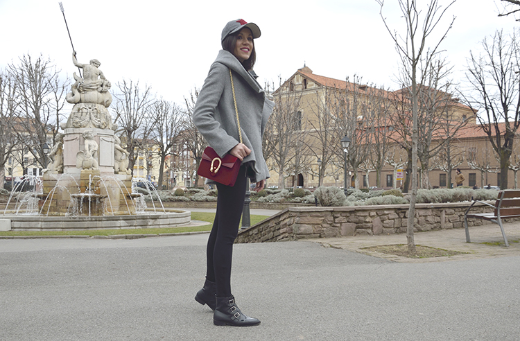 outfit_gorra_look_chic_gris_trends_gallery_ootd_clon_gucci_bolso