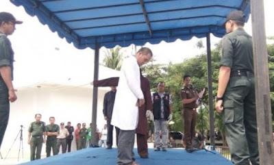 Ditangkap mesum dengan istri orang di dalam mobil, anggota MPU di Aceh dicambuk