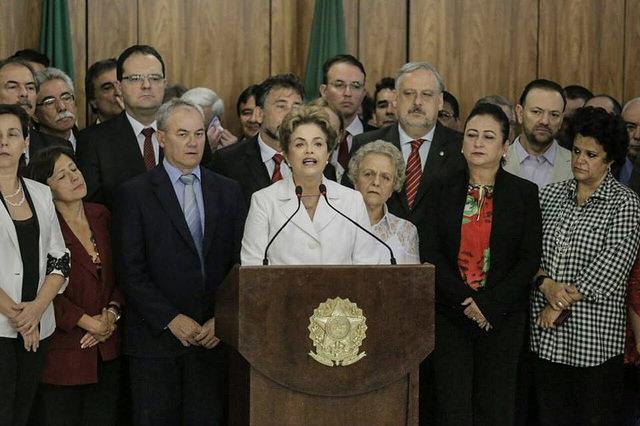 A presidente Dilma Rousseff se pronunciou na manhã desta quinta-feira (12), após ser notificada pela decisão do Senado Federal de aprovar o impeachment de seu mandato. Emocionada, a presidenta disse que a ação é um