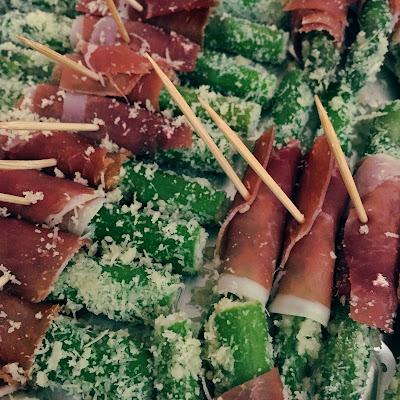 Cóctel a domicilio espárragos con jamón serrano cumpleaños evento banquetería