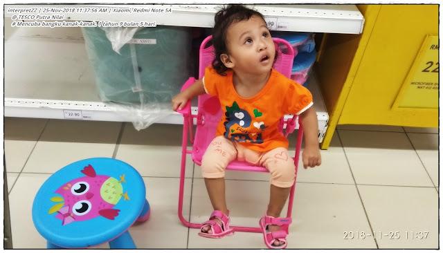 gambar budak perempuan 1 tahun 9 bulan duduk atas bangku kanak-kanak
