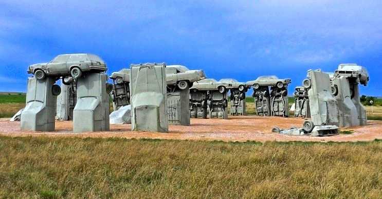 Carhenge, Stonehenge'den esinlenilerek ortaya çıkarılmış bir eserdir.