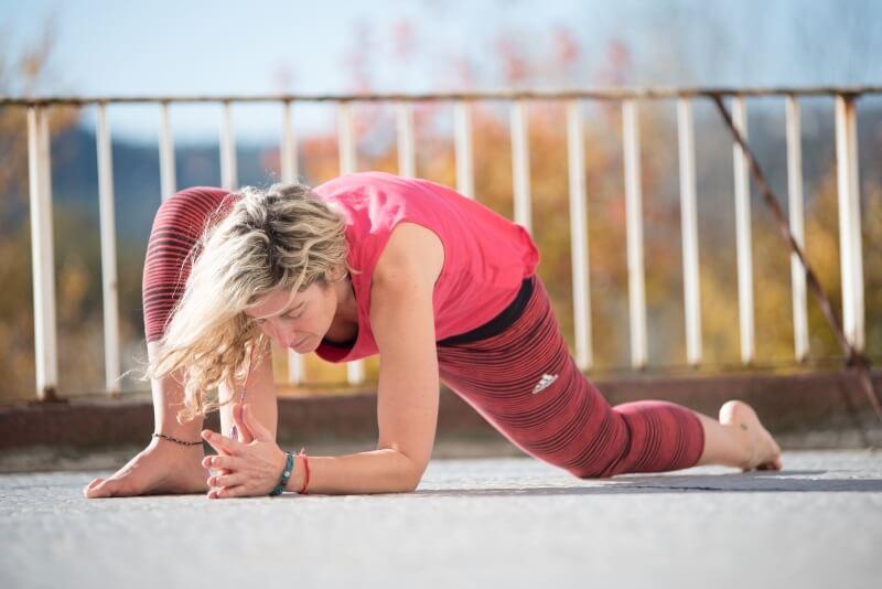 Naiara Mandaluniz en una postura de yoga