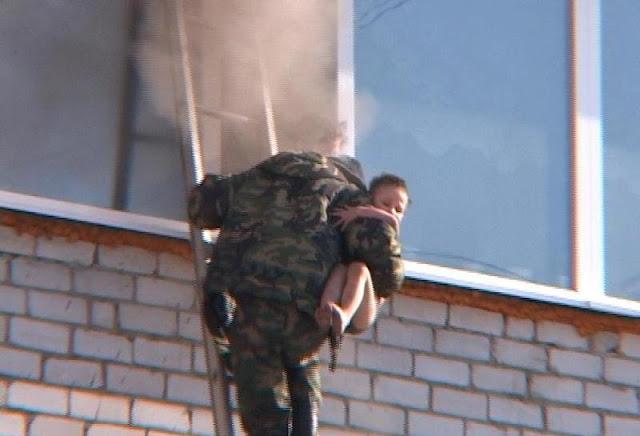 Двое мужчин забрались по пожарной лестнице на четвёртый этаж и вынесли двух детей из пожара!