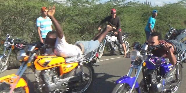 Detienen el tránsito en carretera Azua-Baní para carreras ilegales ( Video)