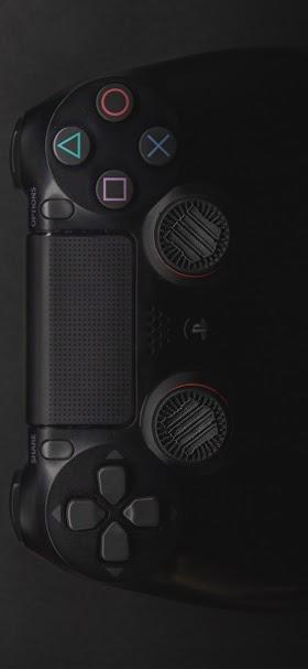 خلفية ذراع تحكم سوداء لمنصة ألعاب الكترونية سوني بلي ستيشن