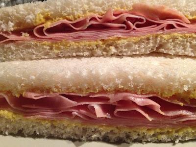 Sandwich de mortadela con mostaza - Minnesota sandwich for ice fisihing - Este sandwich me salvó la vida en Minnesota - Blaine High School - el gastrónomo - el troblogdita - ÁlvaroGP SEO