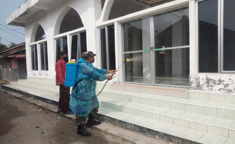 Hari ke-3, Pemdes Ketos Dibantu Babinsa dan Bhabinkamtibmas Lakukan Penyemprotan Disinfektan