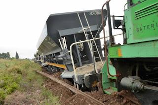 Descarriló un tren de cargas por el robo de varios durmientes