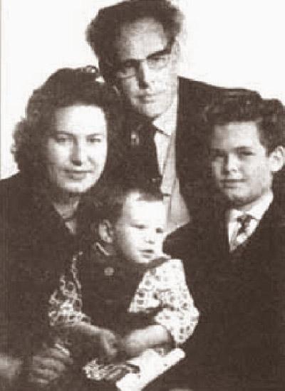 Іван Багряний з родиною: дружиною Галиною та дітьми Роксоланою і Нестором (1950-ті рр.)