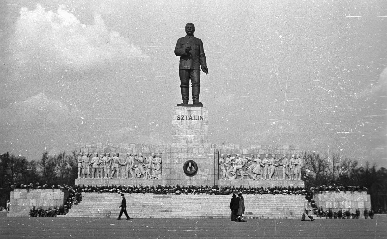 The large monument stood 25 metres tall in total. The monument not only demonstrated Stalin's power, but the power of the Hungarian Working People's Party as well.