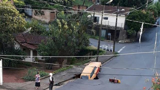 Carro é engolido por cratera em São João da Boa Vista(SP)