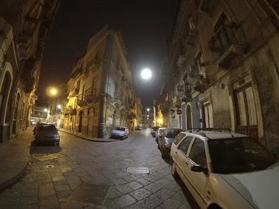 Katańskie obrzeża nocą