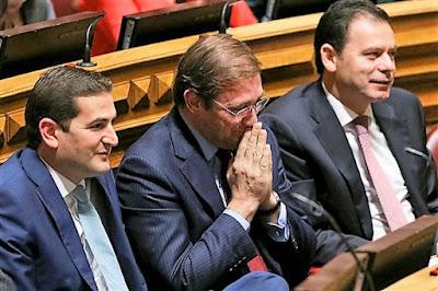 Resultado de imagem para Algazarra no Parlamento