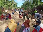 Personil Babinsa Koramil 1413-04/Mawasangka, Laksanakan Karya Bakti Pembuatan Jalan Bersama Warga