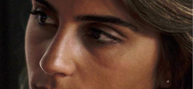 La imagen muestra una mirada muy bonita, pero la modelo presenta unos surcos de la lágrima muy marcados, incluso se confunden con ojeras, dando un aspecto cansado.