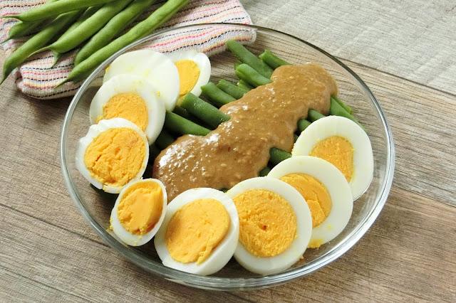 器にいんげん、ゆで卵を盛り付け、最後にごま味噌だれをかけて完成。