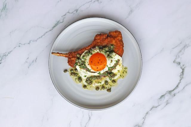 Συνταγή για Χοιρινή Μπριζόλα Κοτολέτα Πανέ με Αυγό, Αντζούγιες και Κάπαρη