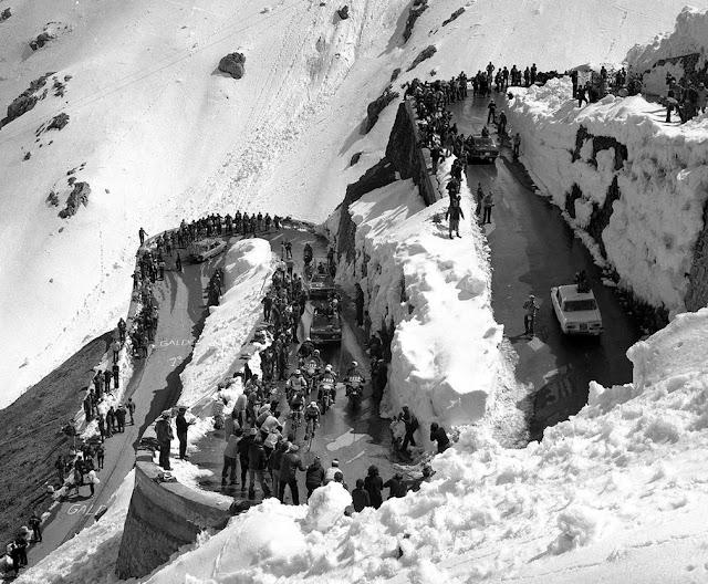 Ciclistas bajo la nieve - Paso Stelvio