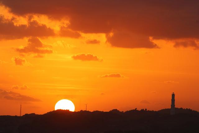 menikmati sunset di bukit kosakora