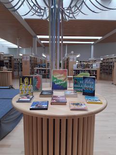 kirjanäyttely kirjaston aikuistenosastolla