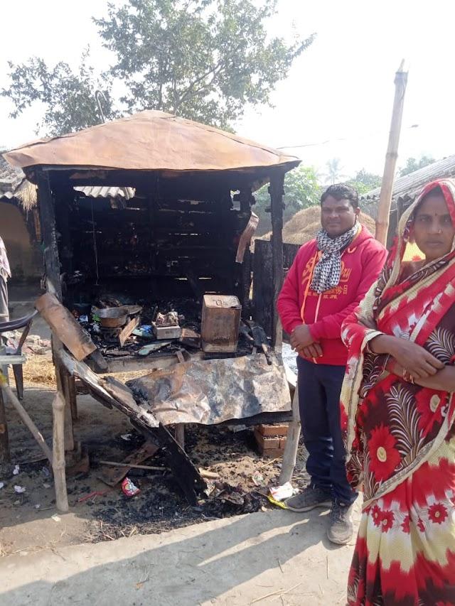 खुटौना में गुमती में आग लगा सामान जलाया
