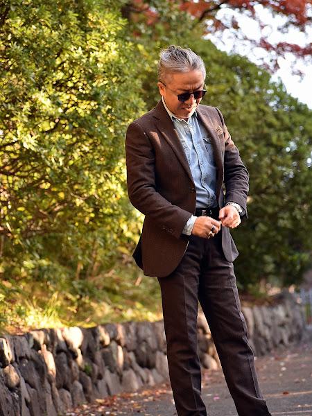 スーツとデニムシャツのコーディネート