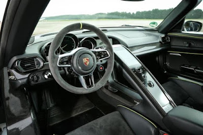 Porsche 918 Spyder convenience and entertainment