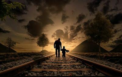Rel kereta api ayah dan anak bergandengan tangan