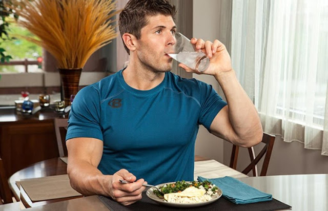 drinking water while eating food