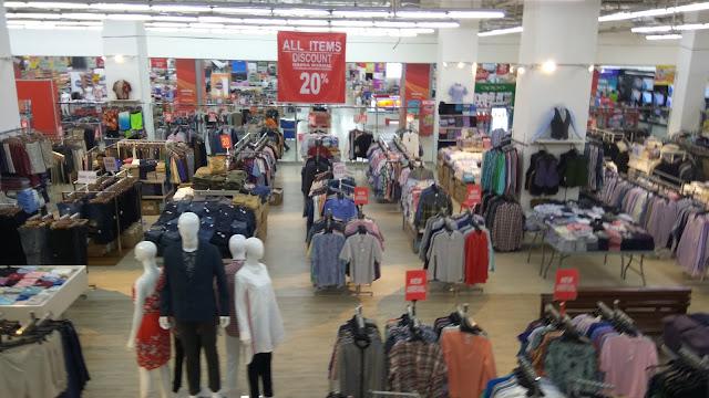 Mencari jaket musim dingin berkualitas dan pakaian branded murah bisa di salah satu factory outlet, misalnya Premier Outlet yang ada di Mangga Dua Square Pusat FO (dok.windhu)