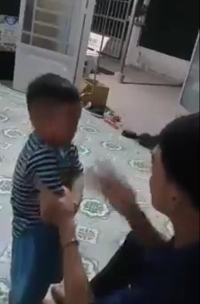 Sao uống rượu say về đánh con mình như vậy chứ.