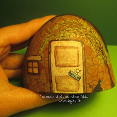 Case dipinte sui sassi di mare