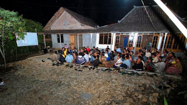 Joko Menunjukkan Dokumentasi Gua Suruh kepada Warga Desa (Dok. Joko Sulistyo)