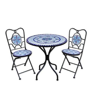 Mosaiktisch mit Stühlen
