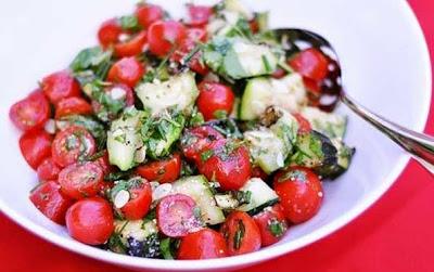 Preparare Reteta de salata de Zucchini cu rosii cherry servita cu parmezan ras